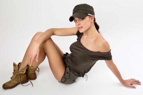 Женственность стиля милитари: нежность в армейских ботинках