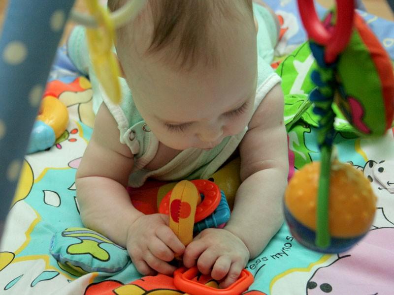 Первые игрушки малышей до года