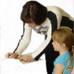 Ребенок учит иностранный язык с репетитором