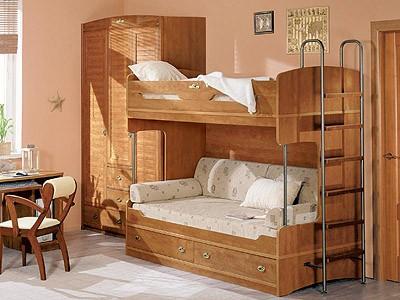 Детские двухъярусные кровати: уютная комната, довольный малыш