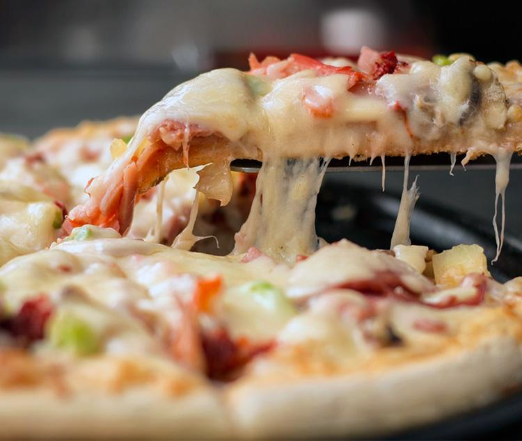 Хрустящая сочная пицца — для перекуса сгодится. Рецепт с фото